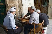 Asie/Israël/Judée/Jérusalem: Musulmans jouant au backgammon à Jérusalem