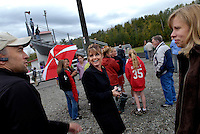 USA. Wasilla. 13th September 2007.The Governor chats with other parents at a cross country run competition in which her daughter Willow is taking part..©Andrew Testa/Panos