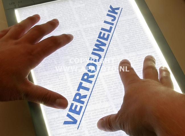 Arnhem, 080806<br /> Copieeren van een vertrouwelijk document.<br /> Foto: Sjef Prins - APA Foto