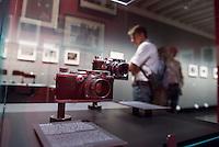 """Ausstellung """"Augen auf - 100 Jahre Jeica Fotografie"""" in der Galerie C/O Berlin.<br /> Vom 22. August bis 1. November 2015 zeigt die Berliner Galerie C/O Berlin Fotos und Ausstellungsstuecke zum Thema 100 Jahre Leica Fotografie.<br /> Die Ausstellung will die kunst- und kulturgeschichtliche Perspektive der Leica-Kameras zeigen und wie sich das fotografische Sehen im 20. Jahrhundert durch sie veraendert hat.<br /> Ausgestellt wird u.a. die ersten Leica-Kamera, die 1914 vom Feinmechaniker und Hobbyfotografen Oskar Barnack entwickelt wurde und bekannte und unbekannte Fotografien von Robert Capa, Rene Burri oder auch Henri Cartier-Bresson.<br /> Im Bild vlnr.: Die Leica-Modelle III A und III F.<br /> 21.8.2015, Berlin<br /> Copyright: Christian-Ditsch.de<br /> [Inhaltsveraendernde Manipulation des Fotos nur nach ausdruecklicher Genehmigung des Fotografen. Vereinbarungen ueber Abtretung von Persoenlichkeitsrechten/Model Release der abgebildeten Person/Personen liegen nicht vor. NO MODEL RELEASE! Nur fuer Redaktionelle Zwecke. Don't publish without copyright Christian-Ditsch.de, Veroeffentlichung nur mit Fotografennennung, sowie gegen Honorar, MwSt. und Beleg. Konto: I N G - D i B a, IBAN DE58500105175400192269, BIC INGDDEFFXXX, Kontakt: post@christian-ditsch.de<br /> Bei der Bearbeitung der Dateiinformationen darf die Urheberkennzeichnung in den EXIF- und  IPTC-Daten nicht entfernt werden, diese sind in digitalen Medien nach §95c UrhG rechtlich geschuetzt. Der Urhebervermerk wird gemaess §13 UrhG verlangt.]"""