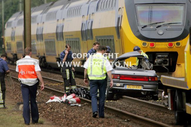Ede, 070606<br /> Twee dodelijke slachtoffers bij een botsing tussen een trein en een auto. De auto negeerde waarschijnlijk de gesloten bomen en werd geschept door de trein die op dat moment 140 km per uur reed. <br /> Foto: Sjef Prins - APA Foto