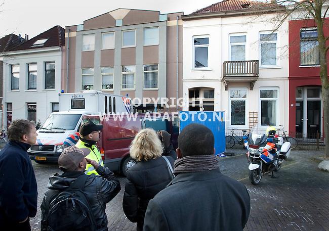 Arnhem, 291208<br /> Bij een brand op de Schrassertstraat zijn afgelopen necht twee doden gevallen. Een bewoner (met pet) informeert bij de naar de staat van zijn kamer. Hij was bij toeval afgelopen nacht niet in het pand. Zijn spullen zijn verbrand. <br /> Foto: Sjef Prins- APA Foto