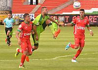 TUNJA -COLOMBIA, 26-08-2017: Duman Herrrera (Izq) y Edis Ibarguen (Der) jugadores de Patriotas FC disputan el balón con Jeider Riquett (C) jugador de La Equidad  durante partido por la fecha 10 de la Liga Águila II 2017 realizado en el estadio La Independencia en Tunja. / Duman Herrrera (L) and Edis Ibarguen (R) players of Patriotas FC fight for the ball with Jeider Riquett (C) player of La Equidad  during match for the date 10 of Aguila League II 2017 at La Independencia stadium in Tunja. Photo: VizzorImage / Jose Palencia / Cont