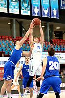 27-02-2021: Basketbal: Donar Groningen v Den Helder Suns: Groningen Donar speler Willem Brandwijk wint van Den Helder speler Yarick Brussen