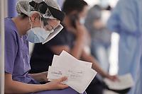 BOGOTA - COLOMBIA, 18-02-2021: Primera jornada de vacunación contra el COVID-19 (Coronavirus) que se llevo a cabo en la clínica Colombia en la ciudad de Bogotá. Son las primeras 50.000 vacunas de la farmacéutica Pfizer y que representan un 0.08% de las requeridas en Colombia fueron distribuidas en diferentes ciudades del país para comienzan su aplicación en personal de la salud que son los más expuestos al contagio del Coronavirus. / First day of vaccination against COVID-19 (Coronavirus) that took place at the Colombia clinic in the city of Bogotá. They are the first 50,000 vaccines from the pharmaceutical company Pfizer that represent 0.08% of those required in Colombia and were distributed in different cities of the country to begin their application in health personnel who are the most exposed to the contagion of the Coronavirus. Photo: VizzorImage / Diego Cuevas / Cont