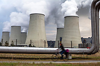 Germania, centrale termoelettrica a carbone Jänschwalde. Condotta --- Germany, coal-burning thermoelectric power plant Jänschwalde. Pipeline transport