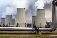 Germania, centrale termoelettrica a carbone Jänschwalde. Condotta --- Germany, coal-burning thermoelectric power plant Jänschwalde. Pipeline transport