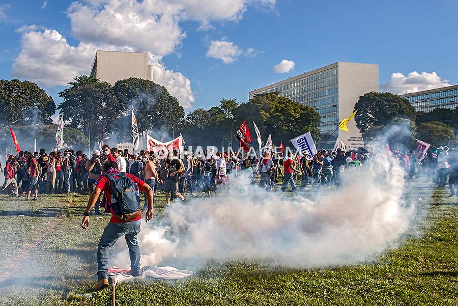 Manifestaçao Ocupa Brasilia e Fora Temer na Esplanada dos Ministerios, Brasilia. Distrito Federal. 24.05.2017. Foto de Ubirajara Machado.
