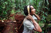 """Índio Werekena, morador da comunidade de Anamoim no alto rio Xié, carrega um fardo chamado de """" piraíba"""" carregado de fibras de piaçaba(Leopoldínia píassaba Wall). A fibra , um dos principais produtos geradores de renda na região sendo coletada de forma rudimentar. Até hoje é utilizada na fabricação de cordas para embarcações, chapéus, artesanato e principalmente vassouras, que são vendidas em várias regiões do país.<br />Alto rio Xié, fronteira do Brasil com a Venezuela a cerca de 1.000Km oeste de Manaus.<br />06/06/2002.<br />Foto: Paulo Santos/Interfoto Expedição Werekena do Xié<br /> <br /> Os índios Baré e Werekena (ou Warekena) vivem principalmente ao longo do Rio Xié e alto curso do Rio Negro, para onde grande parte deles migrou compulsoriamente em razão do contato com os não-índios, cuja história foi marcada pela violência e a exploração do trabalho extrativista. Oriundos da família lingüística aruak, hoje falam uma língua franca, o nheengatu, difundida pelos carmelitas no período colonial. Integram a área cultural conhecida como Noroeste Amazônico. (ISA)"""