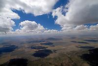 Praerie: AMERIKA, VEREINIGTE STAATEN VON AMERIKA, NEW MEXICO,  (AMERICA, UNITED STATES OF AMERICA), 07.05.2011: Praerie suedlich Santa Fe, Suedende der Rocky Mountains, Berge, Cumulus Wolken, Wolkenschatten ueber dem Grassland, art, Abstract, Abstraction, Abstracts, Abstrakt, Abstrakte, Abstraktion, Aerial, Aerial image, Aerial photo, Aerial Photograph, Aerial Photography, Aerial picture, Aerial View, Aerial Views,  America, Amerika, Art, Auf dem Land,  Aussen, Aussenansicht,  Bird eye, Blick von oben,  Country, Country-side, Countryside, Culture, Cultures, Draussen, Fine Art,  Form, From above, Kein mensch, Keine Menschen, Keine Person, Keine Personen, Kultur, Kulturell, Kulturen, Kunst, Laendlich, Laendliche, Laendliche Gegend, Laendliche Szene,  Landscape, Landscapes, Landschaft, Landschaften,  Luftansicht, Luftaufnahme, Luftaufnahmen, Luftbild, Luftbilder, Luftbildfotografie, Luftbildfotografien, Luftbildphotografie, Luftbildphotografien, Luftfoto, Luftfotos, Luftphoto, Luftphotos, Neu, Neue, Neuer, Neues, New, new Mexico, new mexiko, Niemand,  Outdoor, Outdoor, Life Outdoor, view Outdoors, Outside, Outsides, Outward, Perspective, United States United States of America, USA, Vereinigte Staaten Vereinigte Staaten von Amerika, Vogelperspektive, Vogelperspektiven, USA, Vereinigte, Staaten, von Amerika, US, New Mexico, Mexiko, Landschaft, Landschaften, natur, Weite, endlos, Horizont, Wolke, Wolken,