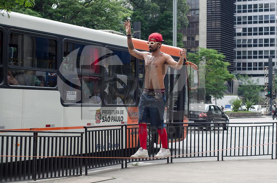 SAO PAULO, SP, 29.11.2013 - CLIMA TEMPO - Jovens aproveitam tarde quente ensolarada para prática de Slackline, na Avenida Paulista, nesta sexta feira, 29, região central  da capital.  (Foto: Alexandre Moreira / Brazil Photo Press)
