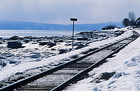 Amérique du Nord, Canada, Québec,  Saint-Irénée : Voie ferrée sur les rives du Saint-Laurent  / North America, Canada, Quebec, Saint-Irénée  : Railway on the shores of the Saint Lawrence River