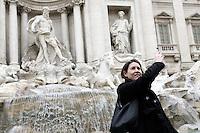 Una turista lancia monetine nella Fontana di Trevi a Roma.<br /> A tourist tosses a coin into the Trevi's Fountain, in Rome.<br /> UPDATE IMAGES PRESS/Riccardo De Luca