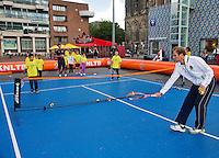 11-sept.-2013,Netherlands, Groningen,  Martini Plaza, Tennis, DavisCup Netherlands-Austria, Draw,   Street tennis on the market squire with Thiemo de Bakker (NED)(NED)<br /> Photo: Henk Koster