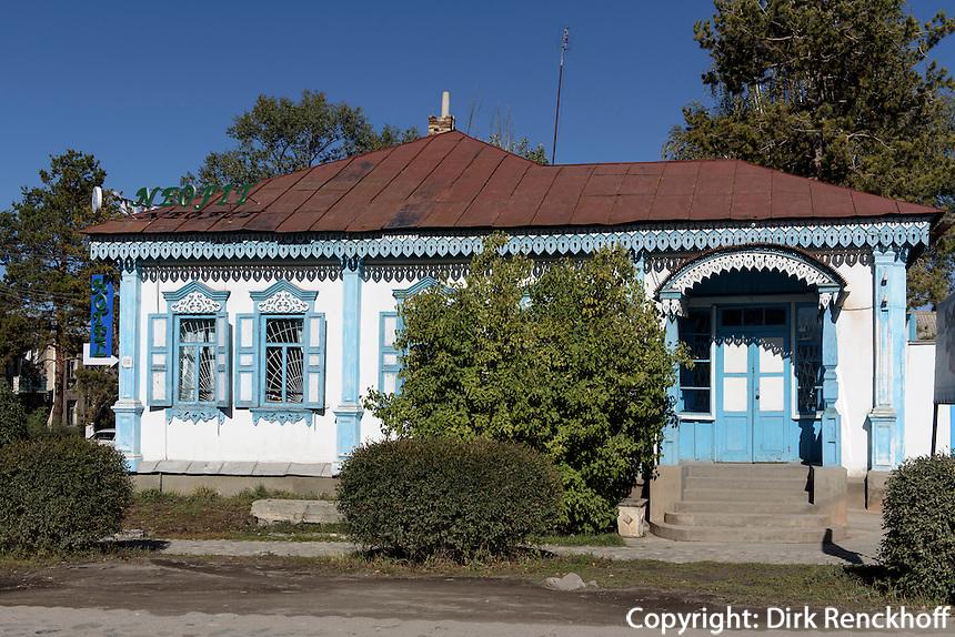 Russisches Holzhaus, Karakol, Kirgistan, Asien<br /> Russian wooden house in Karakol, Kirgistan, Asia