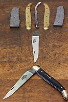 Europe/France/Midi-Pyrénées/12/Aveyron/Aubrac/Laguiole: Fabrication d'un Couteau de Laguiole à la Manufacture de Couteaux:  Forge de Laguiole _Montage d'un Couteau de Laguiole - Le couteau et ses pièces