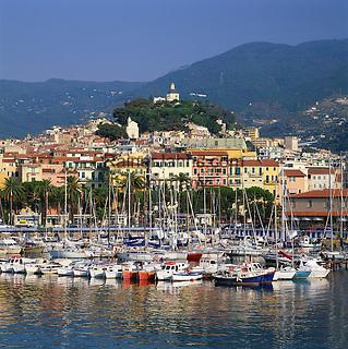 Italy, Liguria, Sanremo at Riviera di Ponente: Town and Marina   Italien, Ligurien, Sanremo an der Riviera di Ponente und Hauptort der Riviera dei Fiori (Blumenriviera): Stadtansicht mit Yachthafen