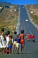 Flagelados da seca pedem esmolas na estrada BR-020 no Ceará. 1983. Foto: Juca Martins.