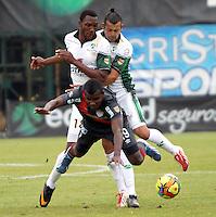 BOGOTA-COLOMBIA-03 -11-2013 : Pedro Portocarrero ( Izq) y Fernando Battiste ( Der) de La Equidad Seguros disputa el balon con  Jossymar Gomez  ( Centror)  delantero  de(l Atletico Junior durante partido por la fecha 17 de la Liga Postobon II-2013 ,jugado en el estadio Metroplitano de Techo de la ciudad de Bogota./ Pedro Portocarrero (L) and Fernando Battiste (R) of the Equidad Seguros  Jossymar dispute the ball with Gomez (center) of Atletico Junior during party by the date 17 of the League Postobon II-2013, played at the Metropolitano  Techo stadium in  city ??of Bogota.Pohoito:VizzorImage / Felipe Caicedo / Staff