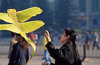China, Peking, auf dem Tian An Men-Platz, Frau mit Papierdrachen