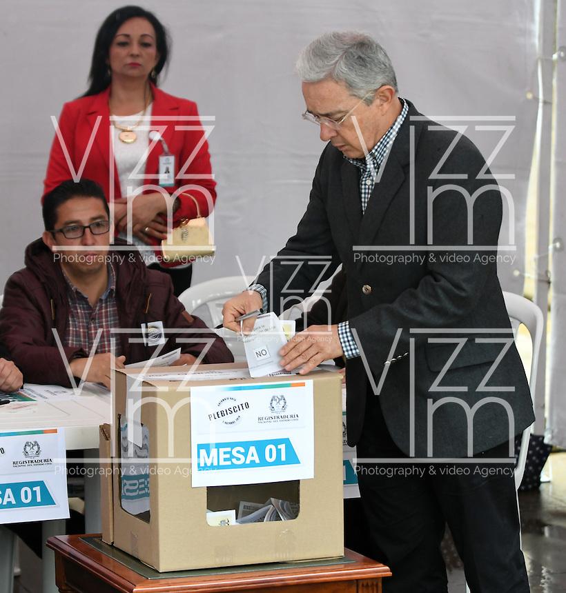 BOGOTA - COLOMBIA - 02 - 10 - 2016: Alvaro Uribe Velez, Senador de Colombia, vota durante el Plebisto, escribiendo un nuevo capitulo en la historia del pais. Hoy los colombianos acuden a las urnas para decir SI o NO al acuerdo de Paz firmado entre el Gobierno y las Fuerzas Armadas Revolucionarias de Colombia Ejercito del Pueblo (FARC-EP) / Alvaro Uribe Velez, Senator of Colombia,vote for the Plebisto, writing a new chapter in the history of the country. Today Colombians go to the polls to say YES or NO to the peace agreement signed between the government and the Revolutionary Armed Forces of Colombia People's Army (FARC-EP) Photo: VizzorImage / Luis Ramirez / Staff.