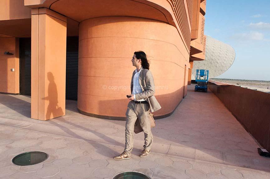 Mèrcuris 15 de nadale de su 2010 Abu Dhabi (Emirados Àrabos Unidos) <br /> Federico Cugurullo, chircadore de Casteddu chi traballat subra de sas tzitades de fundatzione, in s'ìnteri de una vìsita in Masdar City, una tzitade pianificada a una trintina de chilometros dae Abu Dhabi, sa capitale de sos Emirados Àrabos Unidos. Masdar City est punnende a èssere una tzitade a isvilupu urbanu sustenìbile cun emissiones zero. Est sa sea de su Masdar Institute of Science & Technology famadu, istrutura universitària fata paris cun su Massachusetts Institute of Technology. <br /> <br /> Mercoledì 15 dicembre 2010 Abu Dhabi (Emirati Arabi Uniti) <br /> Federico Cugurullo, ricercatore cagliaritano che lavora sulle città di fondazione, durante una visita a Masdar City, una città pianificata che sorge a circa 30 km da Abu Dhabi, la capitale degli Emi- rati Arabi Uniti. Masdar City mira ad essere uno sviluppo urbano sostenibile a emissioni zero. È sede del prestigioso Masdar Institute of Science & Technology, polo universitario realizzato in collaborazione con il Massachusetts Institute of Technology. <br /> <br /> Wednesday 15th December 2010 Abu Dhabi (United Arab Emirates) <br /> Federico Cugurullo, a researcher from Cagliari who works on cities of planned foundation, during a visit to Masdar City, a planned city that rises about 30 km from Abu Dhabi, the capital of the United Arab Emirates. Masdar City aims to be a zero-emission sustainable urban development. It is home to the prestigious Masdar Institute of Science & Technology, a university centre created in collaboration with the Massachusetts Institute of Technology.