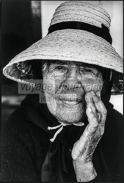Europe, Espagne, Iles Canaries, Lanzarote: Portrait femme de la Geria   // Europe, Spain, Canary Islands, Lanzarote: Portrait of woman of the Geria,