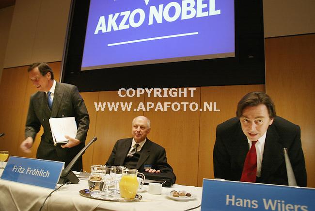 Arnhem, 110203<br />Presentatie jaarverslag AKZO Nobel<br />Directeur Van Lede, Dhr Frohlich en van Lede zijn opvolger Wijers<br />Foto: Sjef Prins- APA Foto