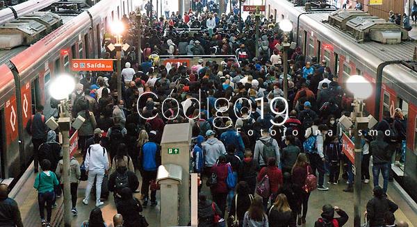 SÃO PAULO, SP, 16.08.2021: Movimentação CPTM SP - Movimentação de passageiros nas plataformas da estação Luz da CPTM na região central da cidade de São Paulo, na manhã desta segunda -feira  (16) .