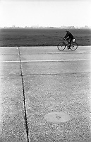Berlino, Tempelhof. Strisce per segnaletica sulla pista dell'ex aeroporto riqualificato a parco pubblico --- Berlin, Tempelhof. Lines marking on the runway of former airport requalified to public park