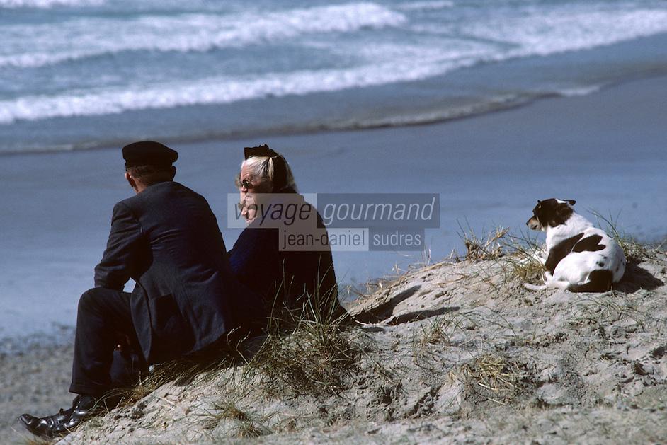 Europe/France/Bretagne/29/Finistère/Pointe de la Torche: Couple et chien au bord de la mer<br /> PHOTO D'ARCHIVES // ARCHIVAL IMAGES<br /> FRANCE 1990