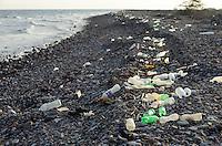 DJIBOUTI Tadjourah, plastic bottles at shore of Red Sea / DSCHIBUTI Tadjourah, Plastikmuell im Meer, Rotes Meer