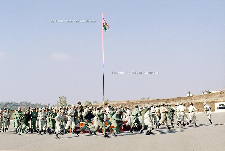 Irak 2000 Entrainement des jeunes recrues au camp de Zawita   Iraq 2000  Training of young soldiers in Zawita camp