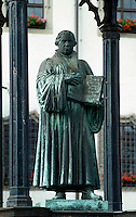 Deutschland, Sachsen-Anhalt, Lutherdenkmal vor dem Rathaus in Wittenberg Unesco-Weltkulturerbe