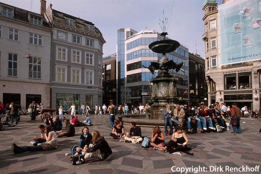 Daenemark, Brunnen Storkespringwand auf dem Platz Amagertorv in Kopenhagen