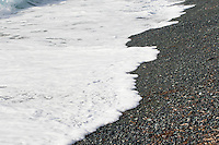 Kiesstrand, Strand, Küste, Meeresküste, Meer, Mittelmeer, Dünung, seichte Wellen, Korsika, Frankreich. Beach, coast, seaside, sea, Mediterranean Sea, swell, shallow waves, Corsica, France