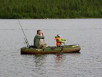 Vater und Sohn fahren zum Angeln im Schlauchboot auf See in Schweden, Boot, Outdoor