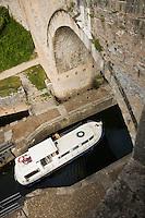 Europe/France/Midi-Pyrénées/46/Lot/Cahors: Navigation fluviale dans la  vallée du Lot ,Pénichette passant l'écluse du  Pont Valentré