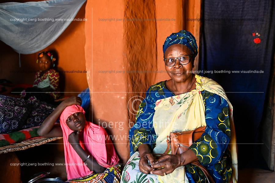 NIGER, Dorf Namaro, Fatouma Marie-Therése Djibo bei ihrer muslimischen Familie