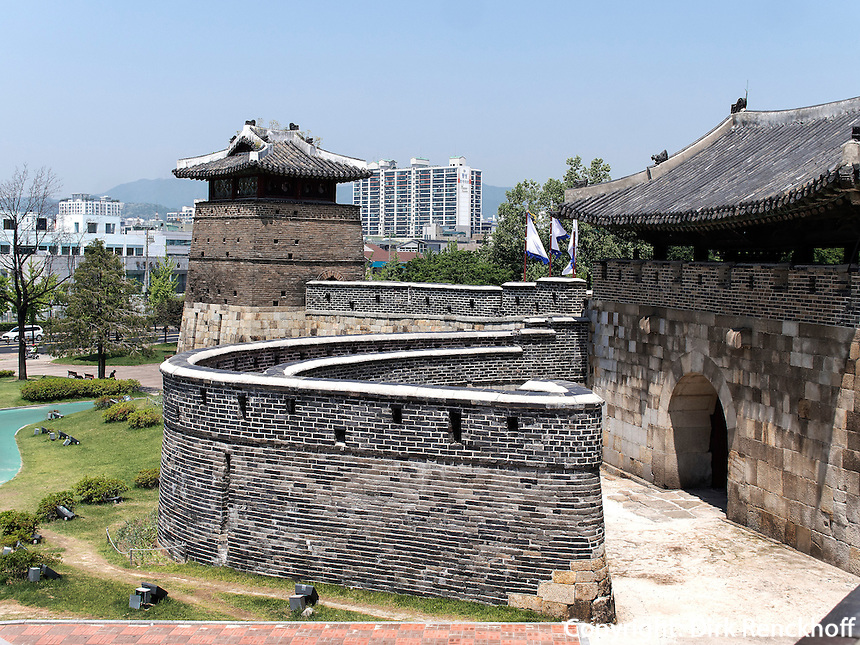 Seobukgongsimdon-Pavillon und Nordtor Hwaseomun der Festung von Suwon, Provinz Gyeonggi-do, Südkorea, Asien, Unesco-Weltkultueerbe