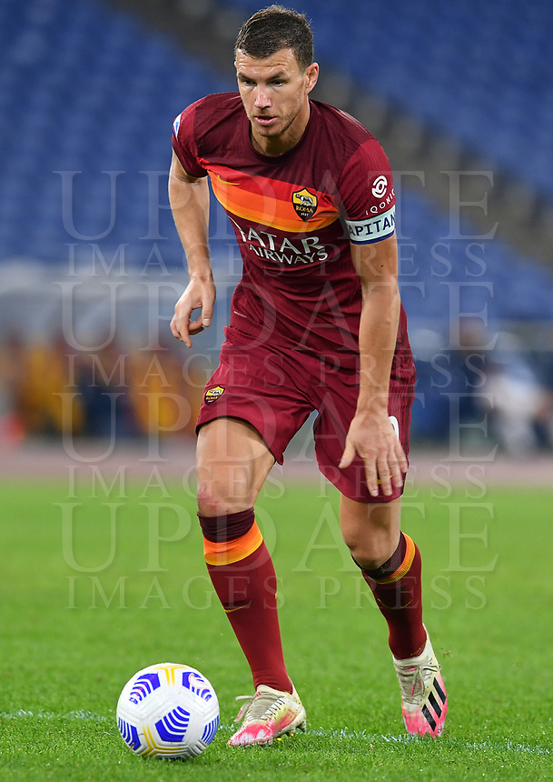 Football, Serie A: AS Roma - Fiorentina, Olympic stadium, Rome, November 1, 2020. <br /> Roma's captain Edin Dzeko in action during the Italian Serie A football match between Roma and Fiorentina at Olympic stadium in Rome, on November 1, 2020. <br /> UPDATE IMAGES PRESS/Isabella Bonotto