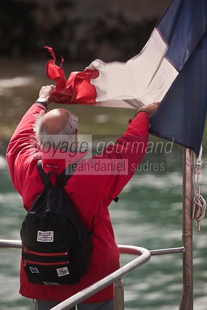 Europe/France/Bretagne/56/Morbihan/ Belle-Ile-en-Mer/Le Palais: Touriste faisant ses adieux au départ du bateau pour le continent