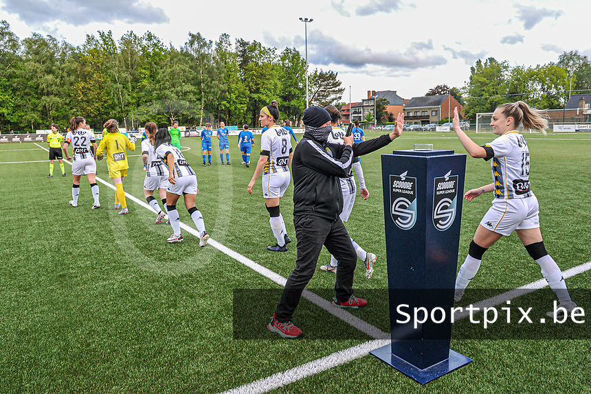 players entering the field ... high five for Renate-Ly Mehevets (15) of Sporting Charleroi pictured before a female soccer game between Sporting Charleroi and Eendracht Aalst on the 8th matchday in play off 2 of the 2020 - 2021 season of Belgian Scooore Womens Super League , tuesday 18 th of May 2021 in Marcinelle , Belgium . PHOTO SPORTPIX.BE | SPP | STIJN AUDOOREN