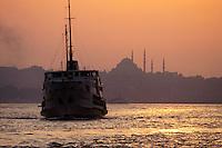 - ferry on Bosphorus at sunset, on background the Blue Mosque ....- traghetto sul Bosforo al tramonto, sullo sfondo la Moschea Azzurra
