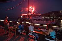 Asie/Israël/Galilée/Tibériade: Restaurant Decks, Lido Beach et feu d'artifice sur un bateau de promenade sur le lac