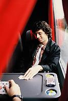 Patrick BRUEL joue aux cartes<br /> bxl 1994<br /> © TERRASSON/DALLE