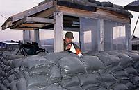 Canadian army soldiers at  MAPLE LEAF CAMP during the United Nation<br /> 1999 peace mission in Bosnia<br /> Les soldats de l'armée Canadienne durant la mission de paix de l'ONU en 1999 en Bosnie<br /> <br /> photo : (c)  Images Distribution