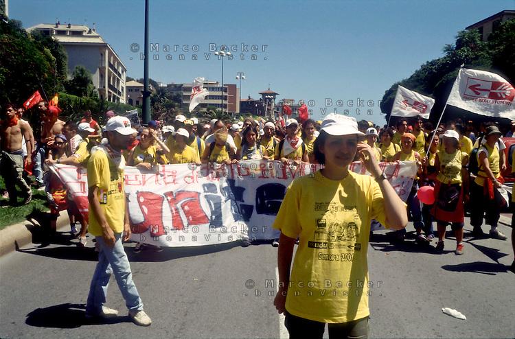 genova luglio 2001, proteste contro il g8. un corteo di studenti --- genoa july 2001, protests against g8 summit. demonstration of students