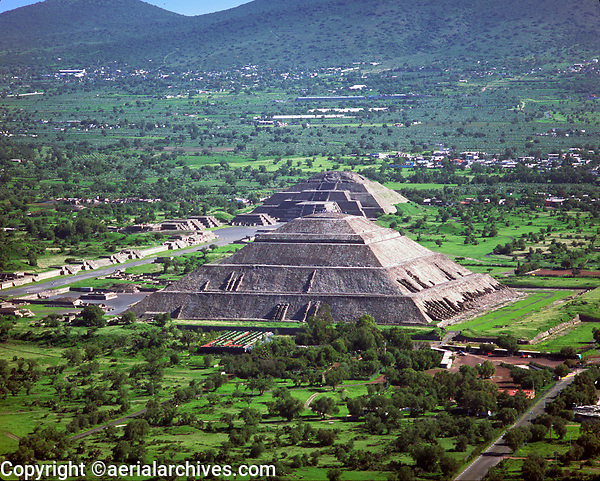 aerial photograph of the Pyramids of the Sun and Moon, Teotihuacan, Mexico City | fotografía aérea de las Pirámides del Sol y la Luna, Teotihuacan, Ciudad de México