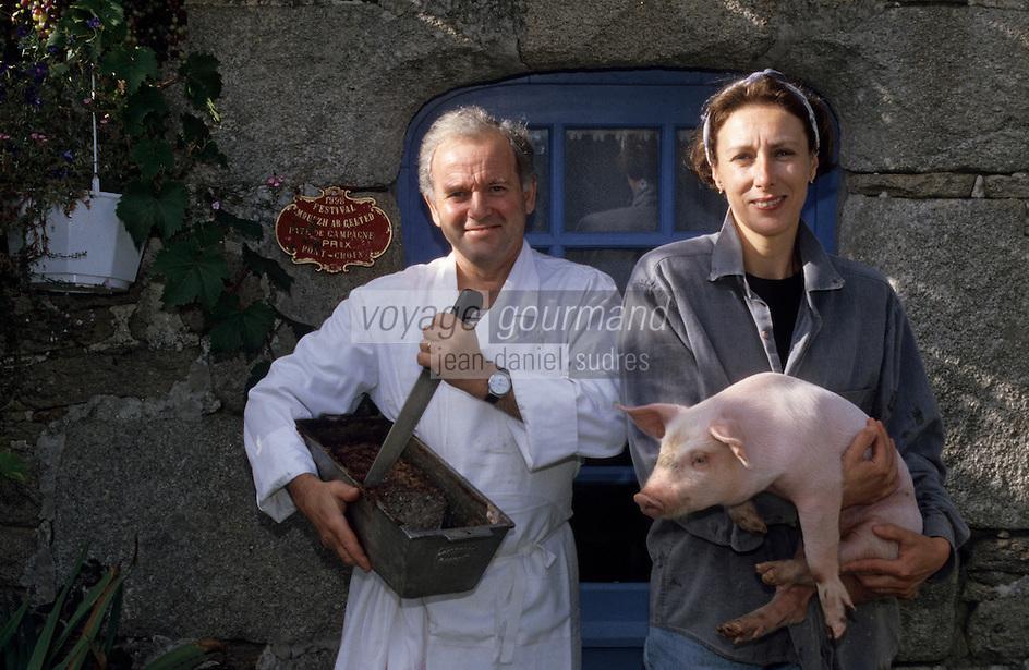 """Europe/France/Bretagne/29/Finistère/Plouhinec: Henri et Catherine Peuziat éleveurs de cochons fermiers bio """"Gorré"""" et charcutiers [Non destiné à un usage publicitaire - Not intended for an advertising use]"""
